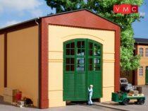 Auhagen 80605 Dekorlap, téglafal gyárkapuval 2326A sárga, zöld ajtókkal