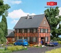 Busch 1657 Emeletes favázas lakóház melléképülettel - LC (H0)