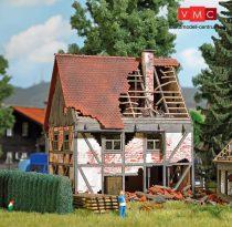 Busch 1667 Favázas emeletes kisvárosi romos lakóház - LC (H0)