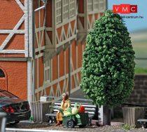Busch 7841 Padon ülő idős asszony kézikocsival (H0)