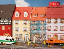 Faller 130494 Emeletes kisvárosi sorházak (2 db), egyik állványozva