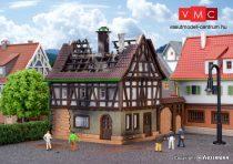 Vollmer 9538 Kigyulladt favázas ház, kapuval (Z)